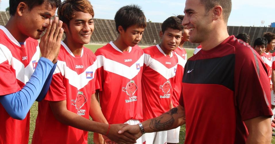 Fabio Cannavaro cumprimenta jogadores da seleção sub-21 do Camboja