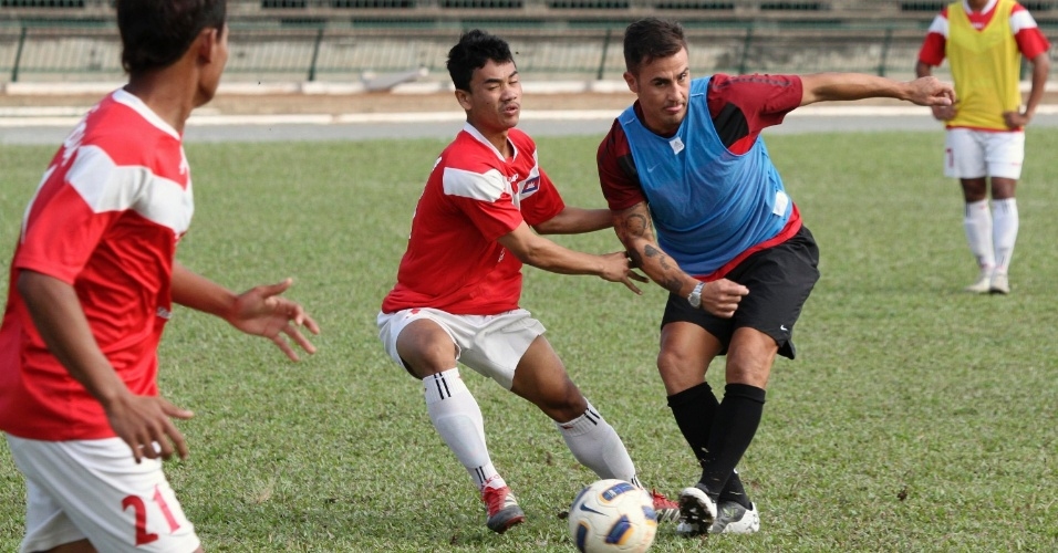 Fabio Cannavaro disputa jogada durante jogo com a seleção sub-21 do Camboja