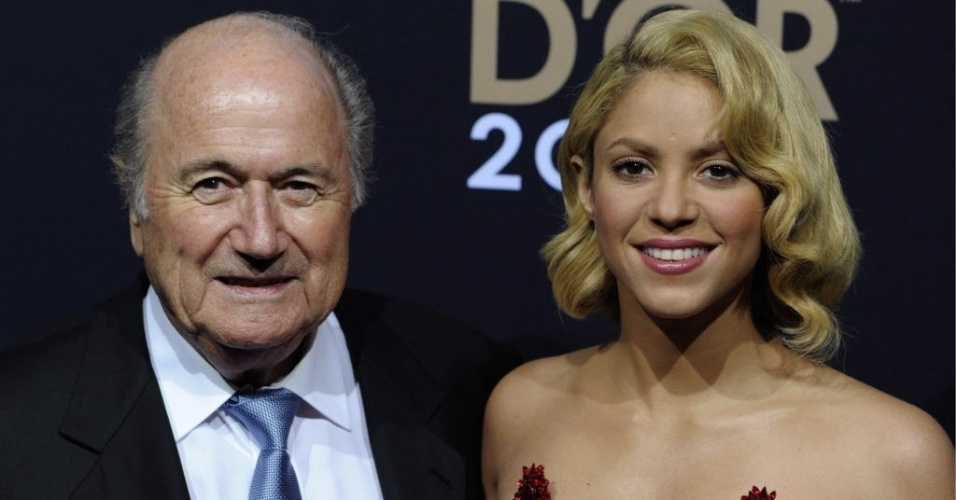 Jan.2012 - Shakira foi uma das apresentadoras da Bola de Ouro Fifa 2012 ao lado do presidente da Fifa Joseph Blatter. Cantora colombiana tem marcado presença em grandes eventos esportivos e é noiva do defensor do Barcelona Piqué