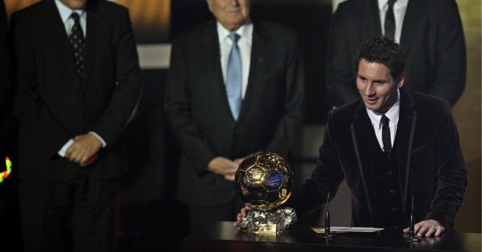 Messi exibe a Bola de Ouro. Argentino foi eleito o melhor do mundo pela terceira vez