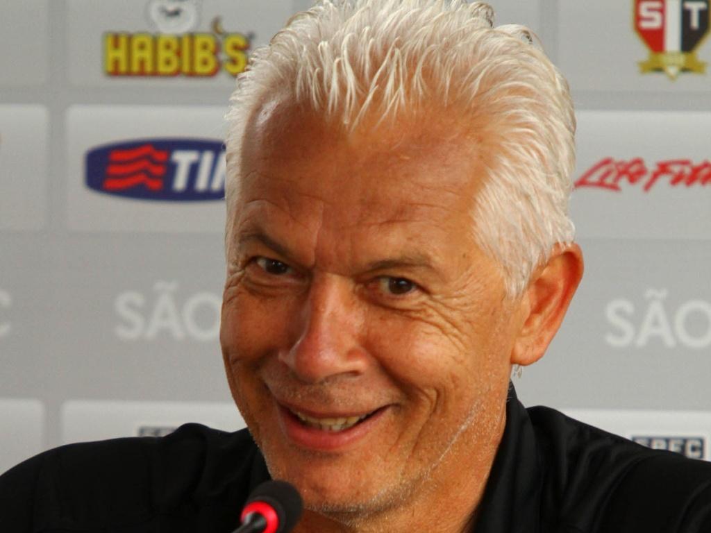 Emerson Leão, técnico do São Paulo, sorri ao conceder sua primeira entrevista coletiva em 2012 (10/01)