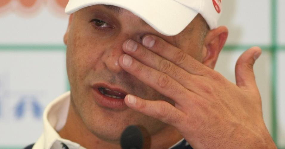 Marcos se emociona e chora ao falar sobre o pai, já falecido, durante entrevista coletiva