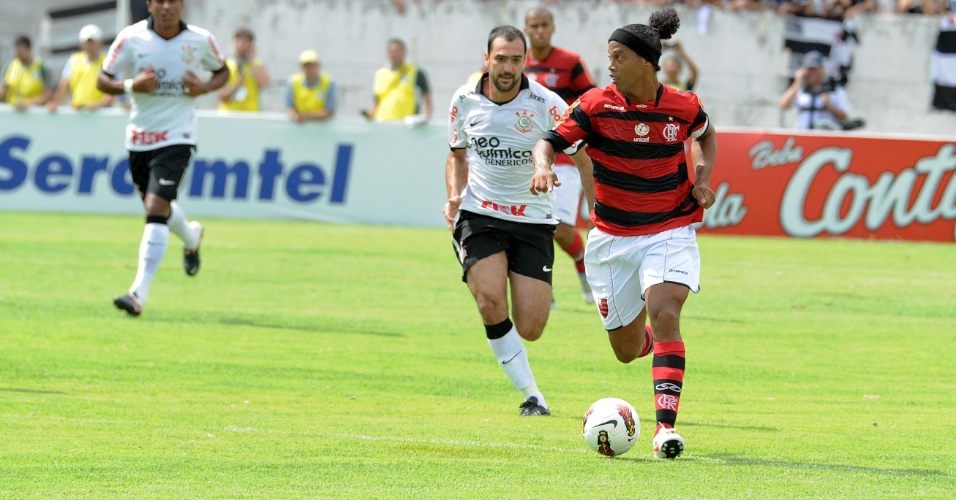 Ronaldinho Gaúcho domina a bola, marcado de perto por Danilo, no amistoso entre Flamengo e Corinthians