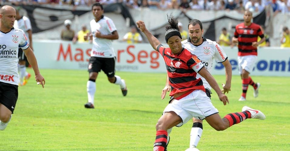 Ronaldinho Gaúcho, meia do Flamengo, prepara um chute de esquerda no amistoso contra o Corinthians