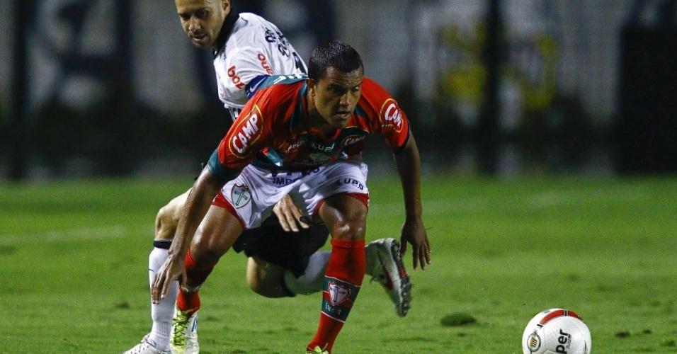Alessandro, do Corinthians, disputa a bola com jogador da Portuguesa durante amistoso no Pacaembu (18/01/2012)