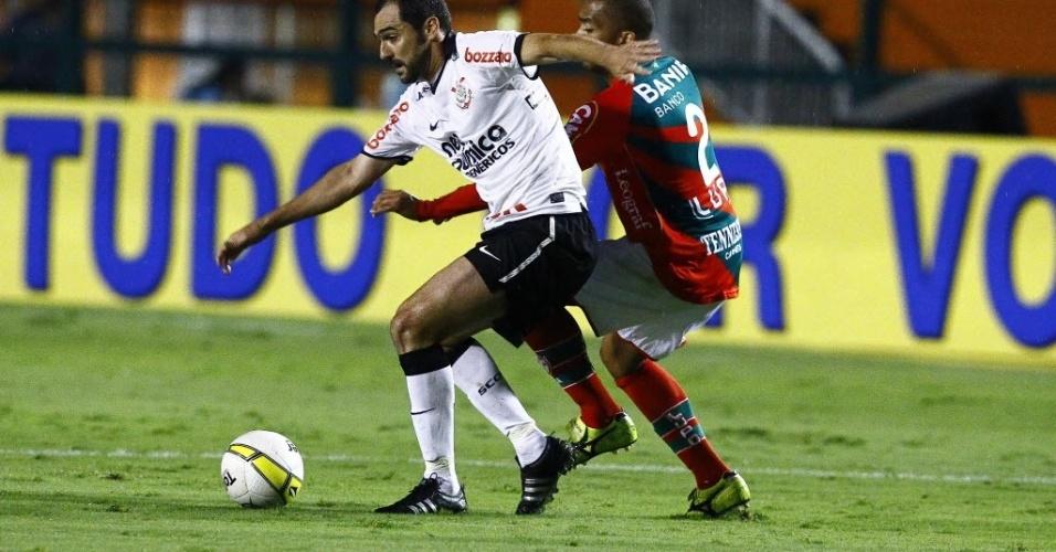 Danilo, meia do Corinthians, recebe marcação de jogador da Portuguesa durante amistoso (18/01/2012)