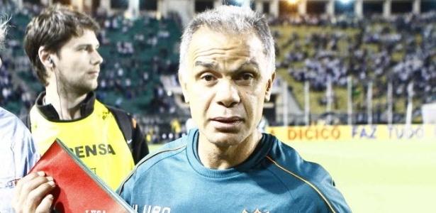 Jorginho, técnico da Portuguesa, exibe faixa de campeão brasileiro da Série B (18/01/2012)