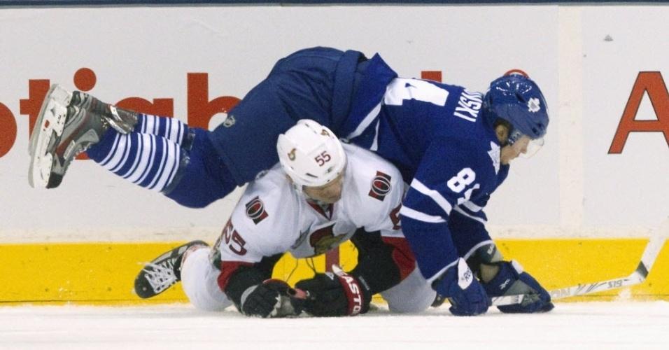 Mikhail Grabovski, do Toronto Maple Leafs, deita sobre Sergei Gonchar, do Ottawa Senators, durante jogo da NHL (17/01/2012)