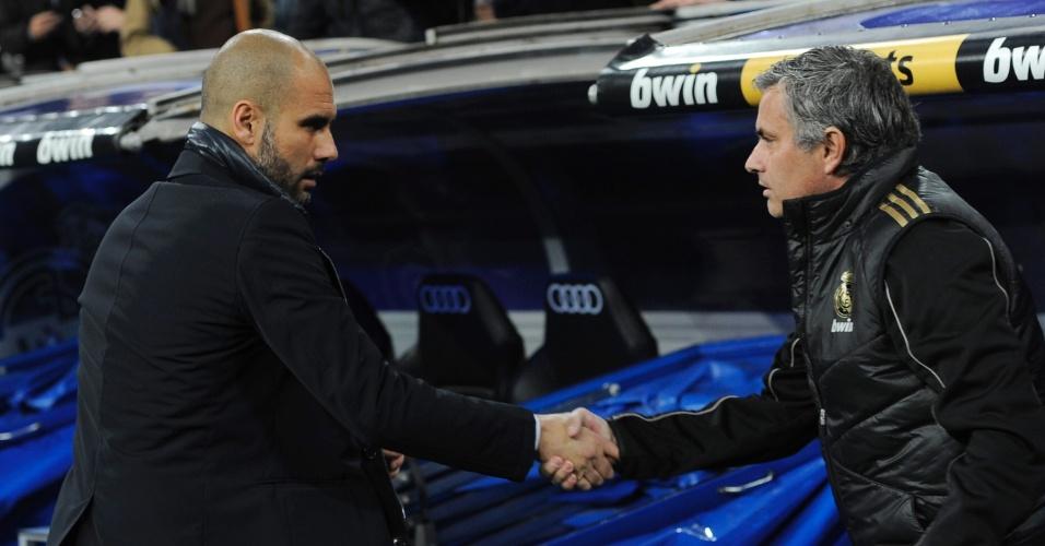 Pep Guardiola e José Mourinho se cumprimentam