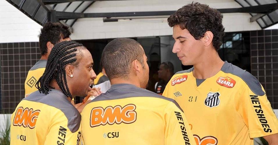 Arouca, Adriano e Ganso conversam na reapresentação do Santos