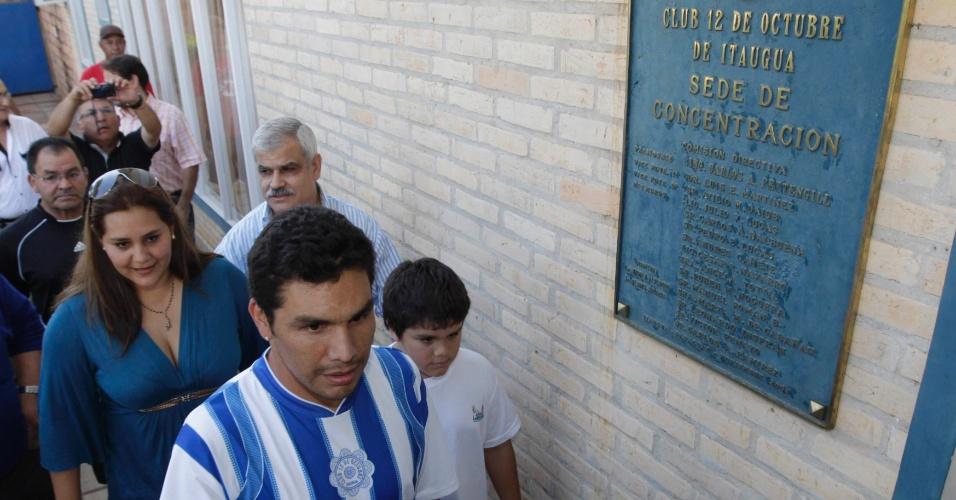 Atacante paraguaio Salvador Cabañas, recuperado após levar um tiro na cabeça, é apresentado pelo 12 de Outubro