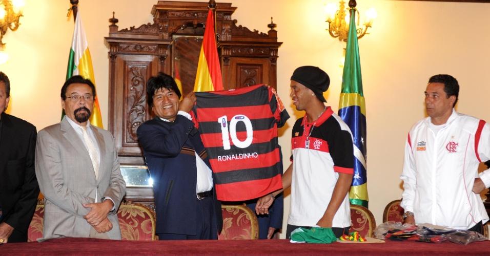Ronaldinho deu uma camisa do Flamengo para Evo Morales