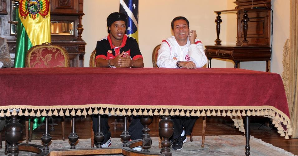 Ronaldinho e Luxemburgo durante evento com Evo Morales