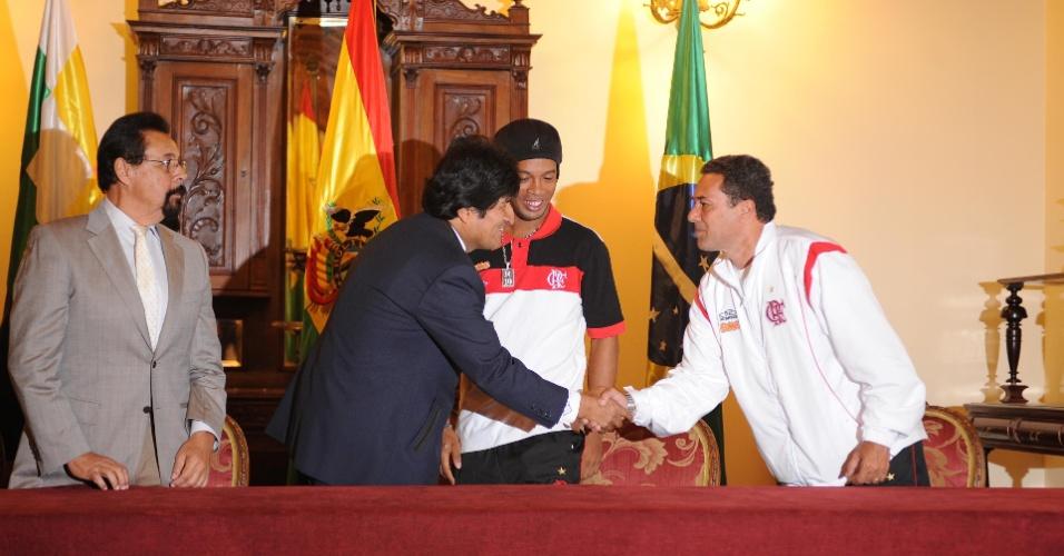 Ronaldinho e Vanderlei Luxemburgo participaram de encontro com Evo Morales