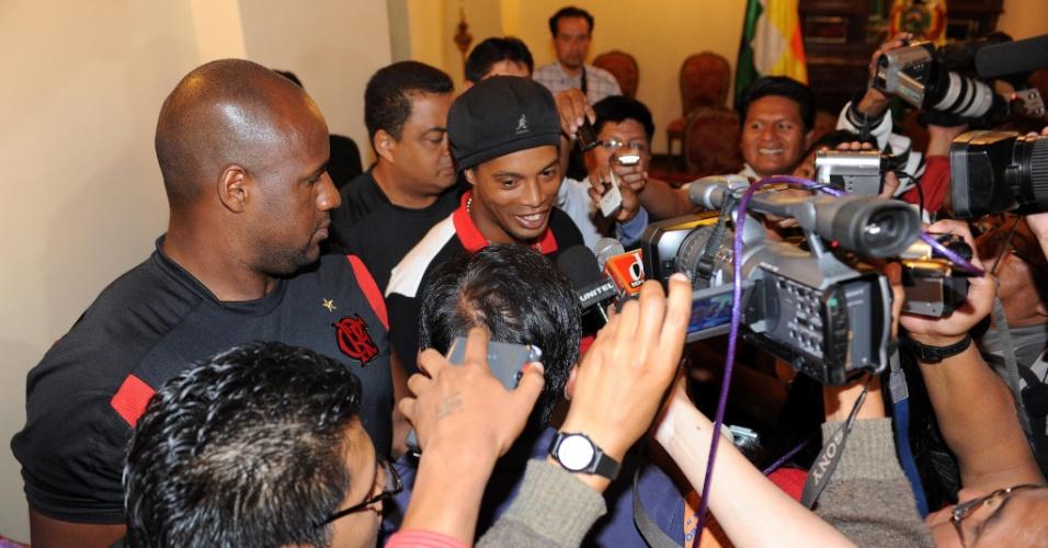 Ronaldinho foi assediado pela imprensa boliviana