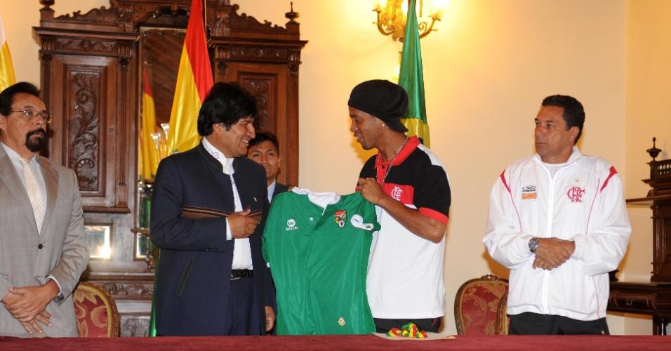Ronaldinho recebeu uma camisa da Bolívia de Evo Morales