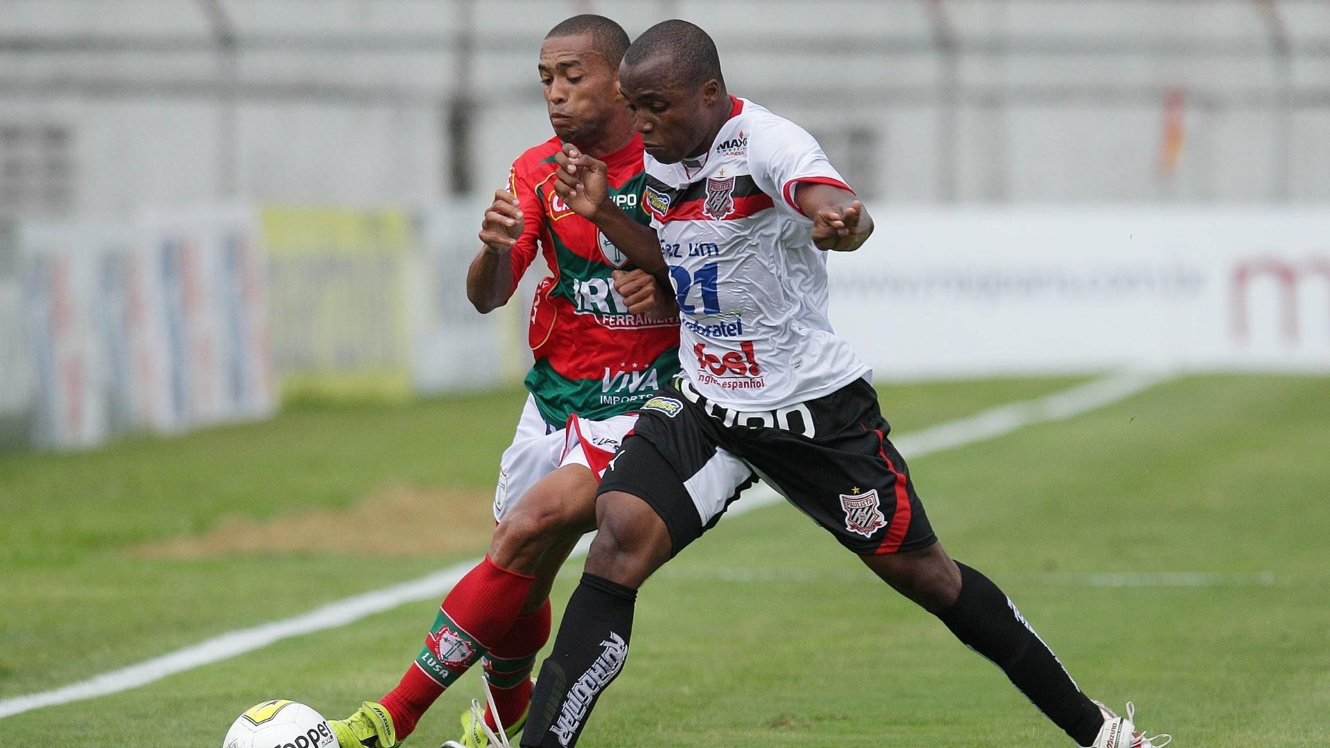Luis Ricardo, da Portuguesa, disputa a bola com Madson, do Paulista, na primeira rodada do Campeonato Estadual