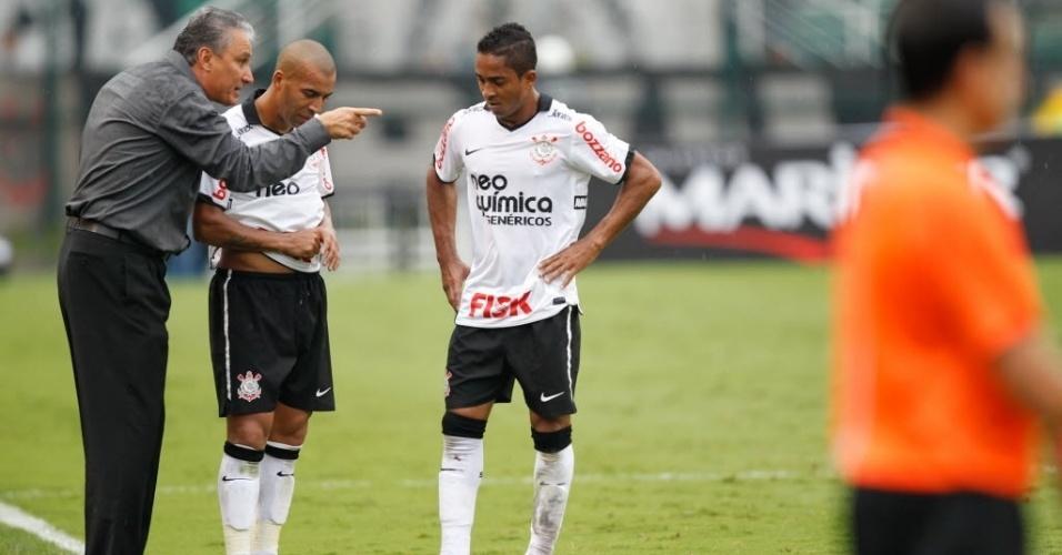 Tite passa orientações para Emerson e Jorge Henrique durante vitória do Corinthians sobre o Mirassol