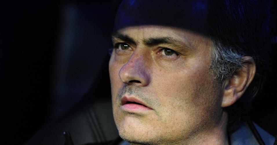 O técnico do Real Madrid, José Mourinho, observa a partida contra o Athletic Bilbao no Santiago Bernabeu (22/01/2012)