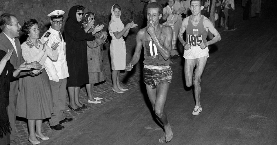 O etíope Abebe Bikila corre descalço pelas ruas de Roma rumo à vitória na maratona olímpica