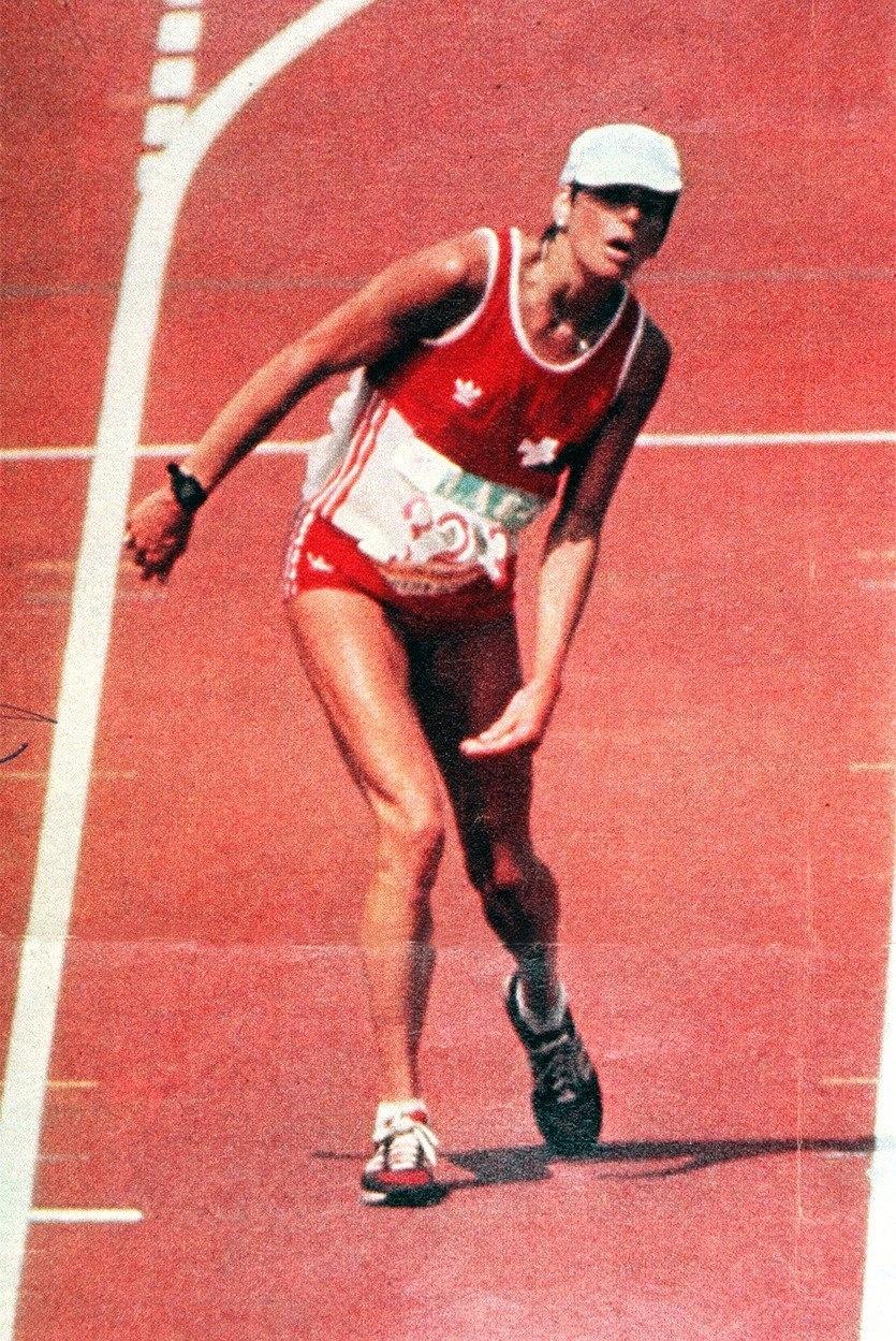 A suíça Gabrielle Andersen chega, exausta, ao fim da maratona da Olimpíada de Los Angeles