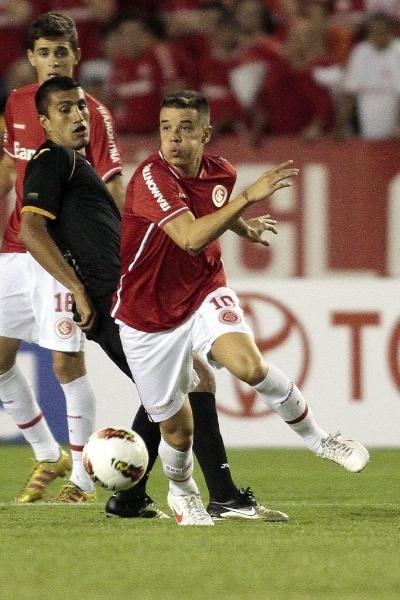 D'Alessandro tenta se livrar da marcação de jogador do Once Caldas em partida da Libertadores