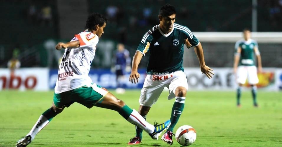 O atacante Luan, do Palmeiras, tenta passar pela marcação