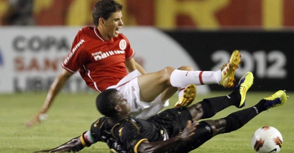 Oscar sofre dura entrada de Rivas, do Once Caldas, em jogo válido pela Libertadores