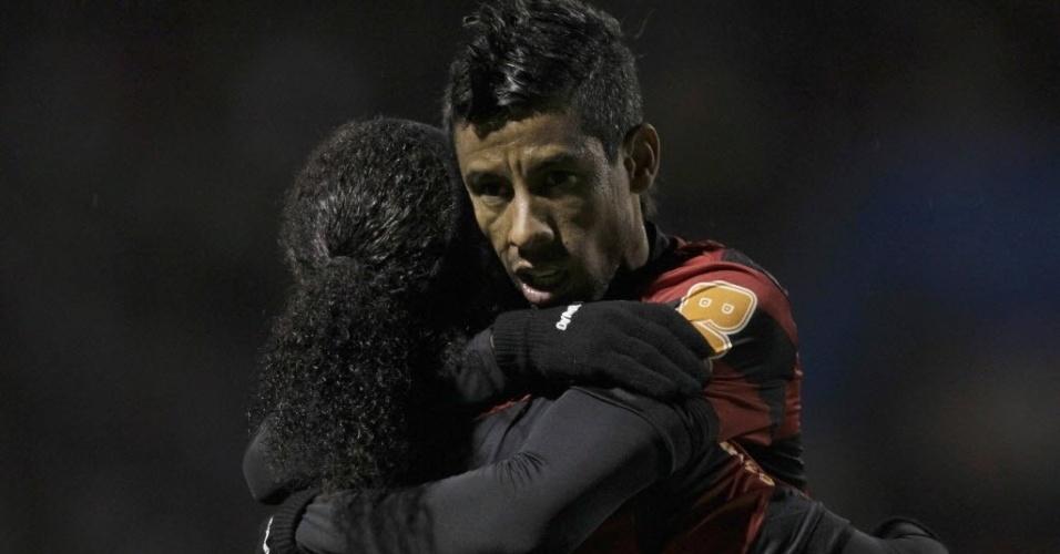 Ronaldinho Gaúcho e Leo Moura se abraçam na comemoração de gol do Flamengo contra o Real Potosi