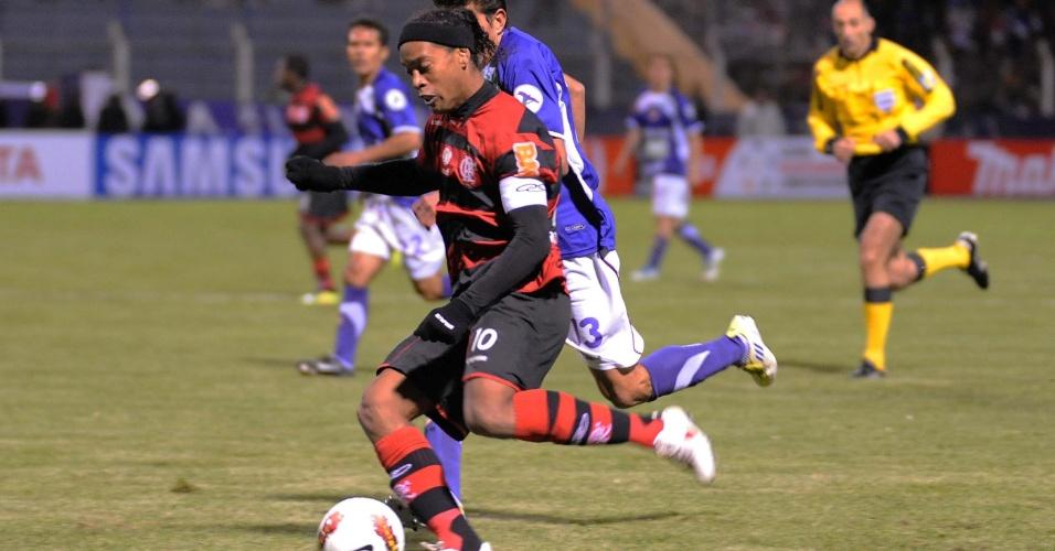 Ronaldinho Gaúcho tenta se livrar de marcação na partida contra o Real Potosi, na Libertadores