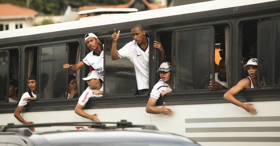 Torcida do Corinthians chega ao estádio do Pacaembu para a final da Copa São Paulo de Juniores 2012