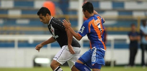 Diego Souza, do Vasco, tenta a jogada durante a vitória por 3 a 1 sobre o Duque de Caxias