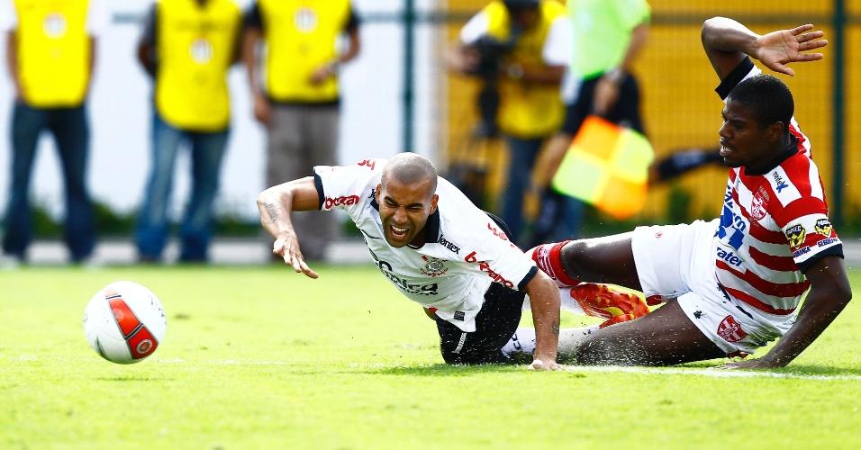 Emerson cai após dividida e pede a falta. Sheik marcou o gol da vitória do Corinthians sobre o Linense