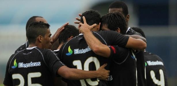 Jogadores do Vasco comemoram gol. Equipe venceu o Duque de Caxias por 3 a 1