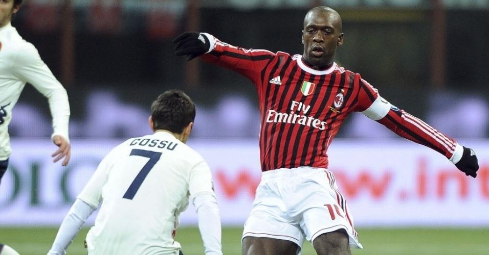 Seedorf, do Milan, tenta finta em Andrea Cossu, do Cagliari, em partida do Campeonato Italiano