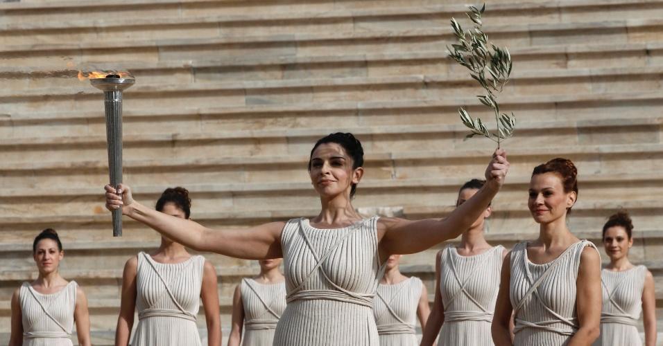 A atriz grega Ino Menegaki com a tocha olímpica em cerimônia no estádio Panathinaiko, em Atenas (17/12/2011)