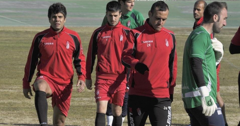 Atacante Henrique (à esquerda), ex-São Paulo, treina pela primeira vez no Granada, da Espanha, após ser apresentado