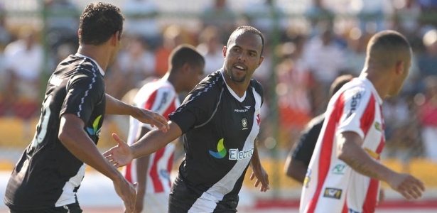 Diego Souza e Alecsandro comemoram gol marcado pelo atacante do Vasco