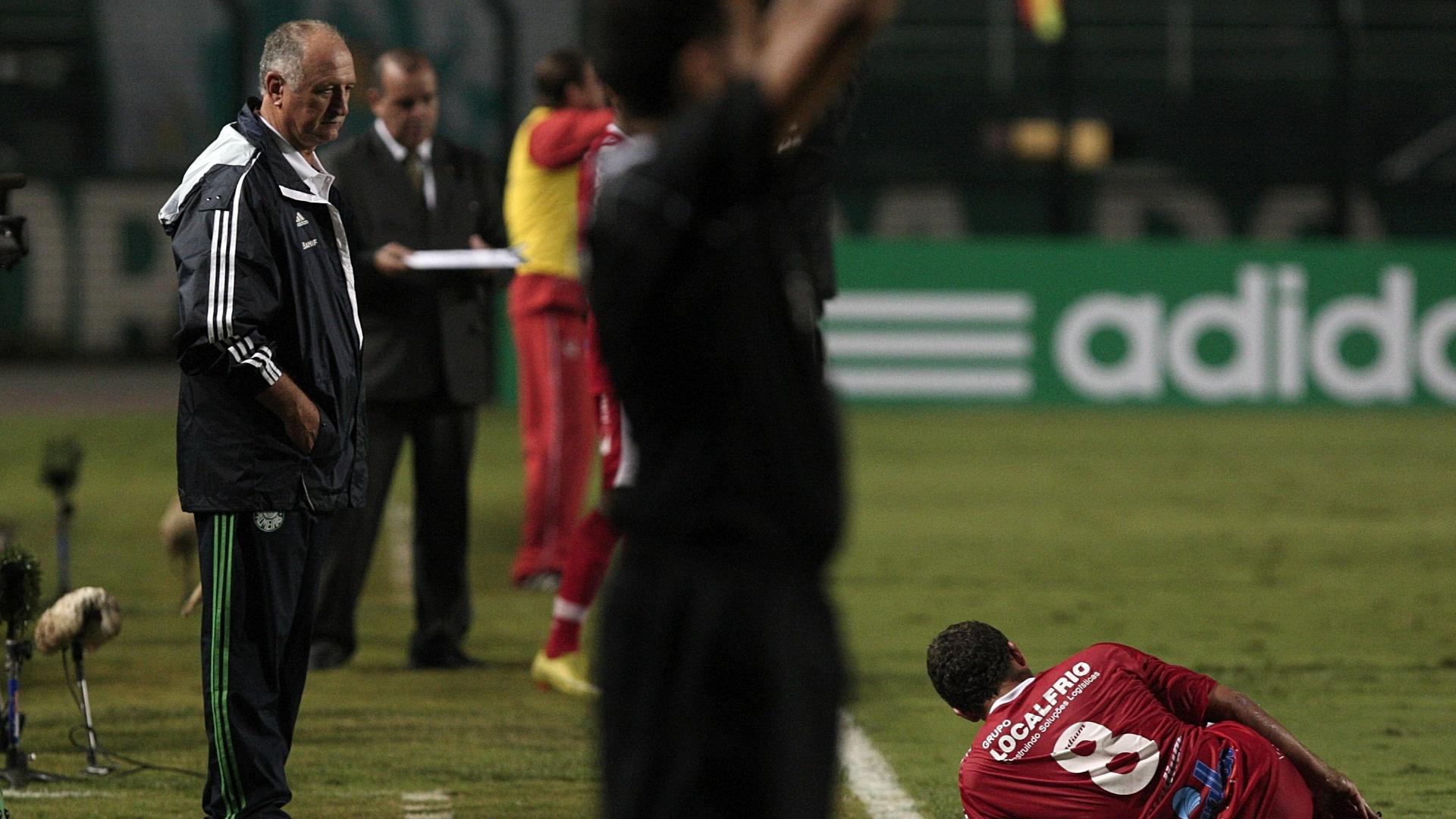 Felipão observa jogador do Mogi Mirim caído na partida entre Palmeiras e Mogi Mirim, no Pacaembu