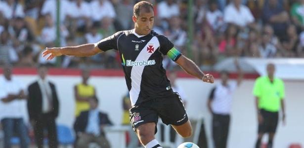 Felipe tenta a jogada durante jogo do Vasco contra o Bangu