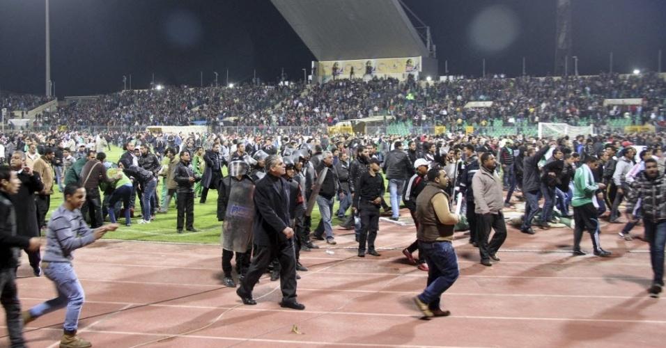 Gramado do Estádio  Port Said foi tomado por torcedores e gerou uma imensa tragédia no Egito