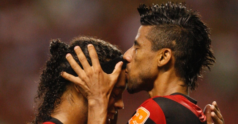 O lateral Léo Moura e o meia Ronaldinho Gaúcho