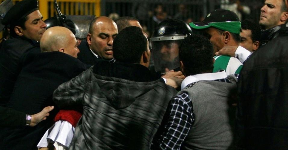 Polícia entra em conflito com torcedores durante confusão na partida Al Ahly x Al Masry, no Egito