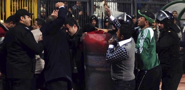Polícia entra em conflito com torcedores no incidente no Egito, não computado pela Fifa - EFE/STRINGER