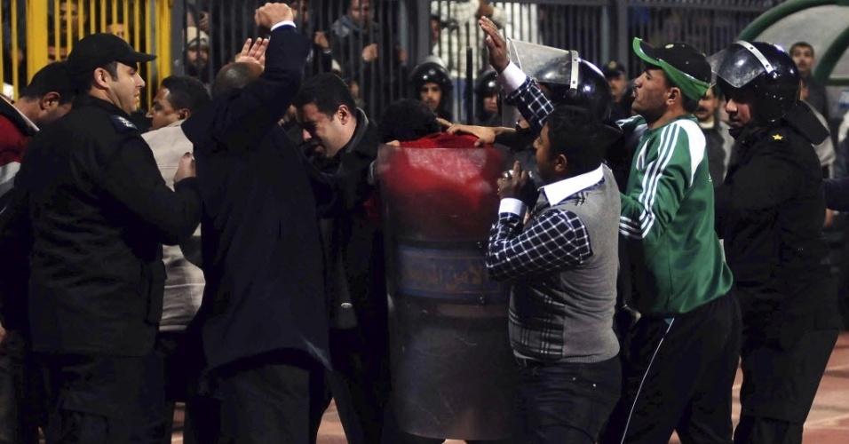 Polícia entra em confronto com torcedores que invadiram o gramado e causaram uma tragédia após partida entre Al Ahly e Al-Masry, no Egito