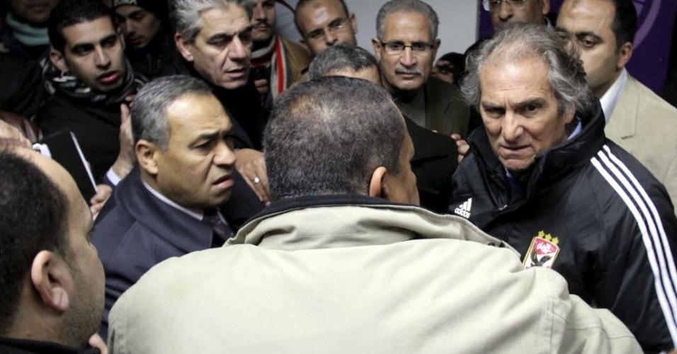 Técnico do Al Ahly, Manuel Jose, busca refúgio em lugar seguro durante confusão em partida no Egito