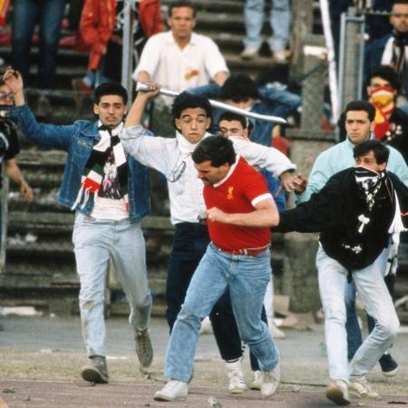 Torcedor do Liverpool corre de torcedores da Juventus no estádio de Heysel, na Bélgica, em final da Liga dos Campeões - David Cannon/AllSport