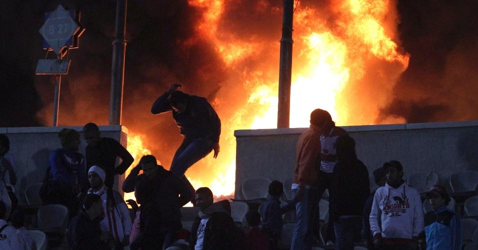 Torcedores ateiam fogo no estádio do Cairo, no Egito