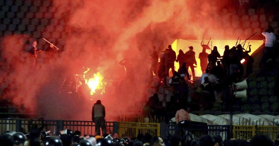Torcedores egípcios se enfrentam na arquibancada durante partida e causam tragédi