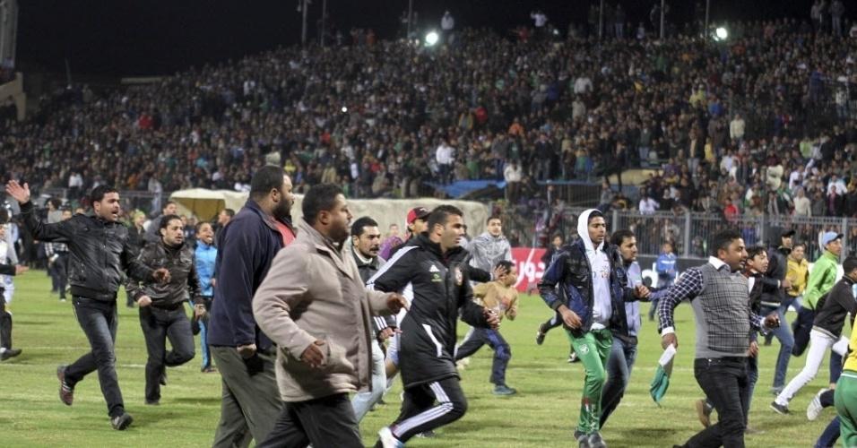 Torcedores invadem campo durante partida no Egito e causam confusão que culminou na morte de muitas pessoas